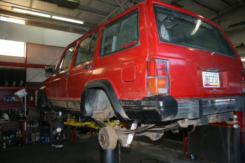 The shock absorbers are installed and Red Banjo is ready the tires.