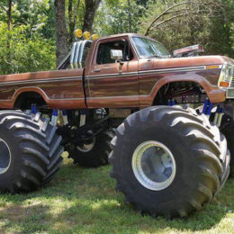 Ford-F-350-Monster-Truck,-Side