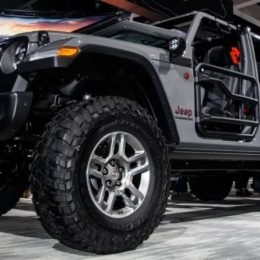 Here's what the new Gladiator looks like lifted, and sitting on big wheels and tires. (Awesome.) (Image/Andrew Collins - Jalopnik)